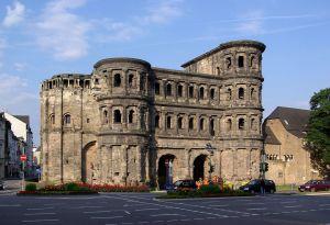 1280px-Trier_Porta_Nigra_BW_1