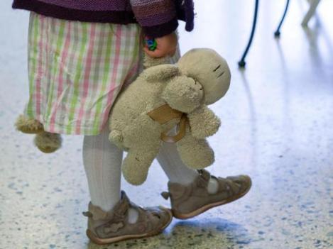 Familie-Traenen-in-der-Kita-Spielzeug-kann-den-Abschied-erleichtern_image_630_420f
